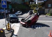 Das Auto landete auf dem Dach. (Bild: Schwyzer Polizei)