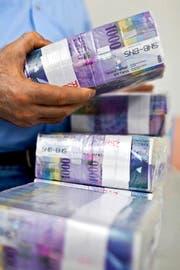 Bündelweise Noten: Im Juni schrumpften die Vermögen auf Schweizer Banken um 3,6 Prozent. (Bild: Keystone/Martin Rütschi)