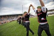 Die 14 glücklichen Kranzgewinner (rechts Schuler Christian, neben ihm Laimbacher Philipp) aus der Innerschweiz lassen sich von ihrer Anhängerschaft in der Broye-Arena feiern. (Bild Roger Grütter)