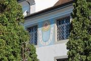 Die Vertikalsonnenuhr von Eugen Hotz an der Sakristei der Pfarrkirche zeigt die Zeit zwischen acht Uhr morgens und vier Uhr nachmittags an. Würde die Wand genau nach Süden zeigen, wäre die Zeitspanne grösser.