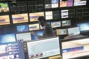 Blick in den Regieraum des RSI-Fernsehstudios. (Bild: Pablo Gianinazzi/Ti-Press (Comano, 2. November 2017))