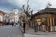 Tief hängende Stromleitungen, gepflästerte Strassen, Kirchen, Moscheen und kleine Läden prägen das Stadtbild von Prizren. (Bild: Getty)