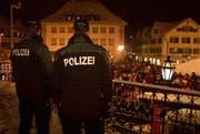 Polizisten beim Guggenüberfall in Stans. (Still aus dem Video/pd)