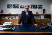 Norman Gobbi, Bundesratskandidat und Tessiner Regierungsrat, in seinem Büro. Hinter ihm an der Wand hängen Fotos von Filmszenen aus «Don Camillo und Peppone». (Bild: Keystone/Gabriele Putzu)