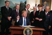 US-Präsident Donald Trump hat gestern die Strafzölle gegen China autorisiert. (Bild: Evan Vucci/AP (Washington, 22. März 2018))