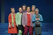 Die «Frauen von Killing» proben für den Liederabend: eine Szene aus der Hauptprobe des Theaters Perlen. (Bild: Nadia Schärli / LZ (16. März 2017))