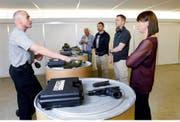 Instruktor Daniel Merz (links) zeigt den Privatdetektiven im Schiesskeller von Elite Guard den Umgang mit der Waffe. (Bilder Werner Schelbert)