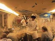 Wenn vier Köche ein Riesen-Cordon-bleu vor Publikum frisch zubereiten, dann fliegen schon mal die Fetzen im «Doorzögli». (Bild: Silvan Kaeser (Luzern, 29. Januar 2018))
