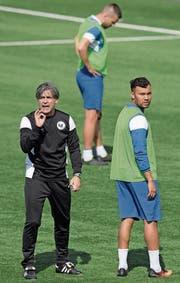 Beim FC Wil befiehlt jetzt Maurizio Jacobacci (links) im Training, auch Wil-Star Johan Vonlanthen (rechts) muss zuhören. (Bild: Gian Ehrenzeller/Keystone (Wil, 28. März 2017))