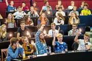 Schüler der 4. Klassen der Kantonsschule Alpenquai imitieren im Kantonsratssaal ein Parlament. (Bild: Philipp Schmidli)
