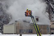 Rauch steigt aus einem Betriebsgebäude der Gipsfabrik auf. (Bild: Andrée Getzmann (Ennetmoos, 15. Februar 2018))