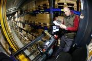 Nedzhad Mehmedovic arbeitet im neuen Technologie- und Logistikcenter der Bossard Group in Zug. (Bild: Carina Blaser/Neue ZZ)