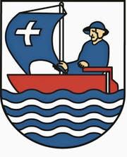 Das Original: Das Unterägerer Wappen zeigt ein rotes Segelschiff mit einem blauen Segel, auf dem ein weisses Kreuz prangt. Das Ruder hat ein Mann mit Hut in der Hand. Blau-weisse Linien bilden das Wasser. (Bild: PD)