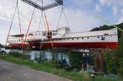 Hier wird die totalsanierte «Neuchâtel» ins Wasser gelassen. (Bild: pd)