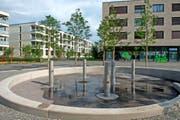 Der Platz im Feldbreite-Quartier mit Wasserspiel. Im Hintergrund die Häuser Fratello (links, Baufeld B1) und Sorella (rechts, D1, mit Kinderkrippe). (Bild Nadia Schärli)