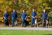 Die fünf Teams der zugerischen Polizeihundeprüfung. (Bild: Zuger Polizei)