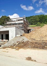 Immobilienbesitzer, wie hier beim Bau eines Neubaus in Neftenbach, müssen langfristig etwas tiefer in die Tasche greifen. (Bild: Keystone/Gaetan Bally)