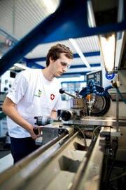 Polymechaniker Jonas Bucher (21) aus Beromünster bei den Vorbereitungen auf die Berufsweltmeisterschaften in Brasilien. (Bild: Philipp Schmidli / Neue LZ)