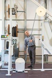 Ramatech-Chef Kaspar Randegger zeigt, wie die Maschinen der Hochdorfer Firma funktionieren. (Bild Dominik Wunderli)