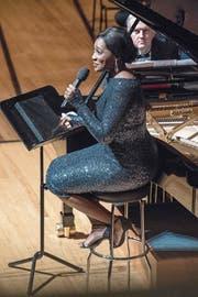 US-Sängerin Angel Blue entzückt im KKL (hinten Nicholas Angelich am Flügel). (Bild: Nadia Schärli (2. Januar 2018))