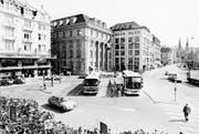 Velo- statt Carchaos vor dem Bucherer. Aufnahme vom Schwanenplatz aus dem Jahr 1986. (Bild: Stadtarchiv)