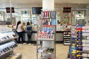 Blick in die Poststelle am Bahnhof Emmenbrücke. Eine Postagentur im avec am Bahnhof wird diese ab Mai ersetzen. (Bild: Nadia Schärli (Emmenbrücke, 10.8.16))