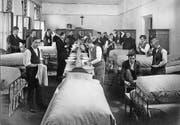 Ein Blick in den Schlafsaal des Internats des Benediktinerkollegiums Sarnen im Jahr 1926. (Bild: Stiftsarchiv Muri-Gries/PD)