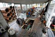 Das Innere des Motorschiffs «Schwan» sah auch schon gemütlicher aus. Jetzt räumen zwei Mechaniker das Chaos auf und sorgen dafür, dass das Schiff möglichst bald trocknet. (Bild Christof Borner-Keller)