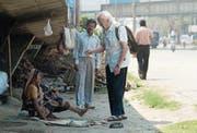 Jack Preger unterwegs in Kalkutta: Der britische Arzt kümmert sich dort seit Jahrzehnten um kranke Menschen. (Bild Xenix)
