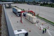 Schwerverkehrskontrolle der Polizei in Erstfeld: Acht Lastwagen hatten technische Mängel und wurden vorübergehend stillgelegt. (Bild: Kantonspolizei Uri)