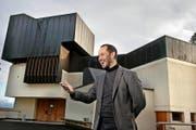 Der reformierte Pfarrer Mathias Kissel vor der Weinbergli-Kirche in Luzern. (Bild Nadia Schärli)