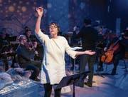 Zita Bucher erzählt die Geschichte in der Box des Luzerner Theaters. Im Hintergrund das Luzerner Sinfonieorchester. (Bild: Luzerner Theater)