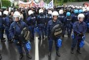 Polizeiaufgebot bei der Gedenkfeier; im Hintergrund die linken Demonstranten. (Bild Boris Bürgisser/Neue LZ)