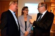 Geschäftsleiterin Erna Blättler im Gespräch mit Präsident Josef Lussi (links) und Regierungsrat Gerhard Odermatt. (Bild: Romano Cuonz / Neue NZ)