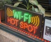 Eine Leuchtreklame in einem Restaurant lockt Gäste mit einem WLAN-Hotspot an. (Bild: Imago)