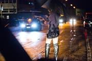 Eine Prostituierte wartet im Ibach auf einen Freier. (Bild: Dominik Wunderli/Neue LZ)
