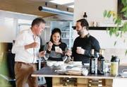 Peter Lerch, Suita Manuela Diaz und Gilles Brunner (v. l.) degustieren Kaffee im Büro von Algrano in Zug. (Bild: Stefan Kaiser (2. Februar 2018))
