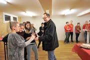 Marco Tarelli überreicht Scharleiterin Sonja Bissig den Schlüssel für das aufgepeppte Blauring-Lokal. (Bild Urs Hanhart)