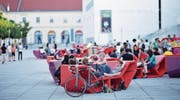 In Wien erfreuen sich die «Enzos» grosser Beliebtheit. In Luzern ist das Möbel derzeit in Orange zu sehen. (Bild: Wolfgang Simlinger)