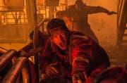Cheftechniker auf der «Deepwater Horizon»: Mike Williams (Mark Wahlberg, vorne) im Inferno. (Bild: Ascot Elite/PD)