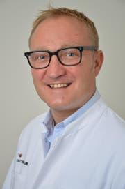 Mit Dr. med. Oliver Tschalèr operiert erstmals ein Arzt des Kantonsspitals Uri an einem Zentrumsspital. (Bild: PD)