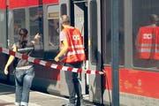 Kriminaltechniker untersuchen den Tatort beim Bahnhof Salez-Sennwald. (Bild: Keystone Video)