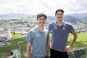 Posieren auf der Skisprungschanze in Einsiedeln: Simon Ammann (links) und Gregor Deschwanden. (Bild: Keystone / Alexandra Wey)