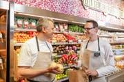 Joos Sutter, Vorsitzender der Coop-Geschäftsleitung (links) und Silvio Baselgia, Leiter Frischprodukte, im neuen Karma-Shop im Bahnhof Zug. (Bild: PD)
