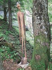 Versteckt steht hingegen die zweite Skulptur von Robert Stocker zwischen Unter- und Oberalpli vor dem Wasserfall. (Bild: Charly Keiser (21. Juni 2017))