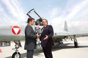 2004 mietete Österreich 12 Tiger-Jets von der Schweiz. Das Geschäft wurde am 9. Juli vom damaligen Verteidigungs- minister Samuel Schmid (rechts) und seinem österreichischen Amtskollegen Günther Platter in Graz öffentlich besiegelt. (Bild: Keystone/Klaus Techt)