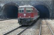 Ein Zug aus dem Tessin fährt aus dem Gotthardtunnel bei Göschenen (Archiv). (Bild: Keystone)