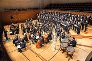 Grossaufgebot für Rossini: der von Peter Sigrist geleitete Konzertchor sowie die Camerata Luzern im Konzertsaal des KKL. (Bild: Roger Grütter/LZ)