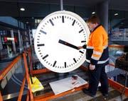 SBB-Projektleiter Alexander Siegrist bei der Wiedermontage der Uhr am Zuger Bahnhof.Bild: Werner Schelbert (Zug, 17. November 2016)