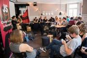 Mitglieder des Juso nehmen die Resultate der Abstimmungen im Musikbistro in Bern zur Kenntnis. (Bild: Keystone / Anthony Anex)